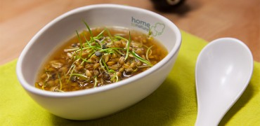 Bouillon d'épeautre aux graines germées et à la ciboulette